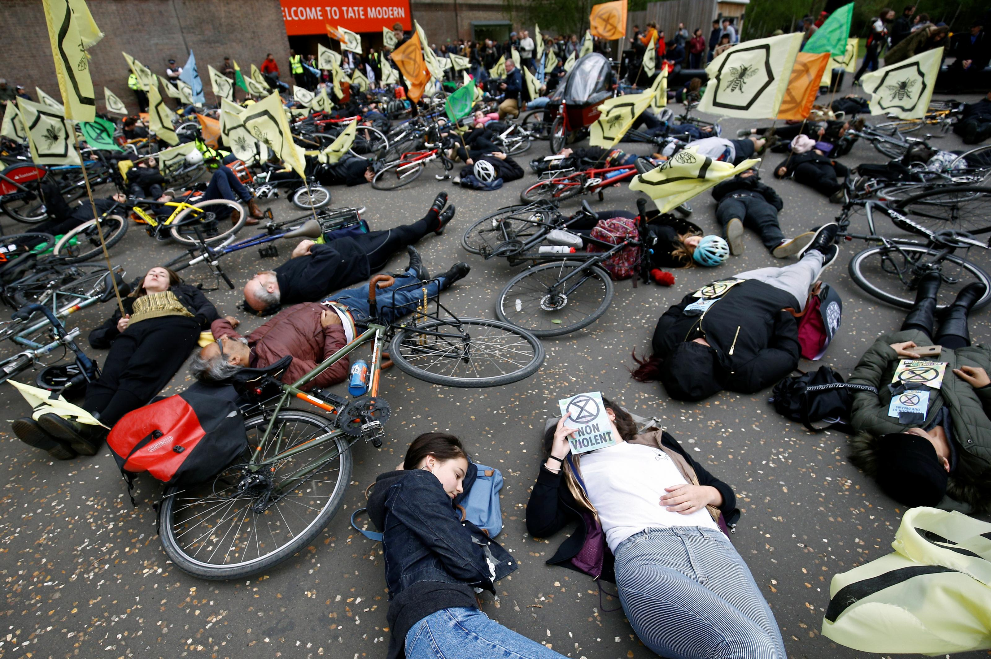 2019-04-27T151008Z_541231216_RC1F4740AF10_RTRMADP_3_BRITAIN-PROTESTS-CLIMATE-CHANGE.JPG