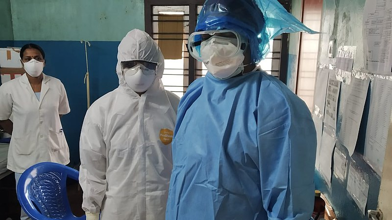 800px-Healthcare_workers_wearing_PPE_03.jpg