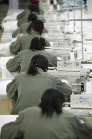 http://www.newint.org/features/2007/04/01/20_sweatshop.jpg