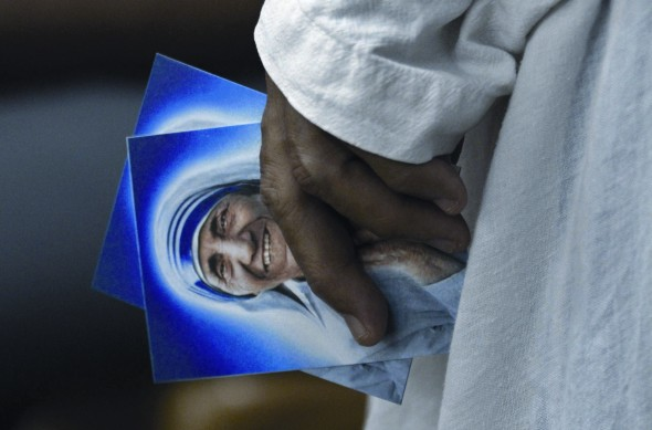 Nun holds Mother Teresa cards