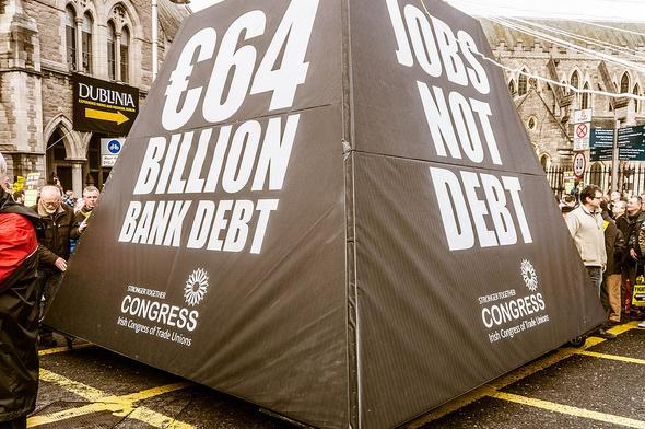 2013年在愛爾蘭,11萬人上街抗議國家維持銀行的債務負擔。(攝影:William Murphy|來源:Wikipedia Commons)