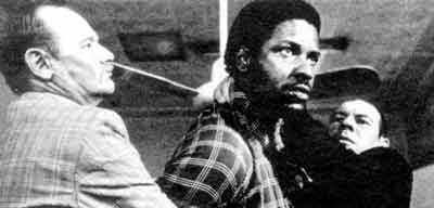 Denzel Washington as Biko in friendly dialogue with SA police.
