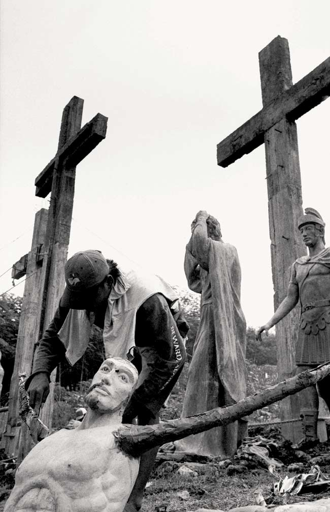 --Finishing a statue of Jesus Christ-- Photo © NG Swanti / Drik Picture Library