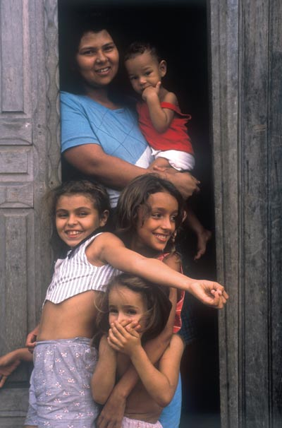 Migrant family, Brazil Photo: Mark Edwards / Still Pictures