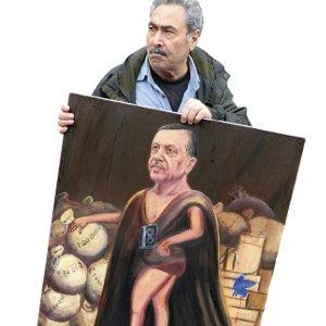 Artist Kaya Mar with his satirical portrait Erdoğan, the Turkish Sun King – after France's absolute monarch Louis XVI.