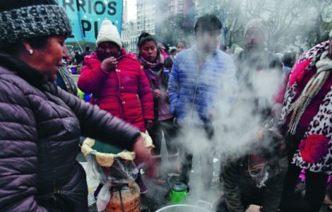 Protesters against Argentina's hunger crisis gather for a brew, 5 September 2019.  They had camped out overnight in front of the Ministry of Social Development in Buenos Aires. CAROL SMILJAN/NURPHOTO/PA