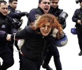 Turkey political prisoners: Turkish riot police crack down on people protesting against the purge of academics, outside Ankara University.