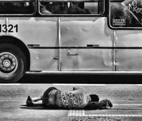 For the world to witness: weary and homeless, this woman rests by a busy thoroughfare in São Paulo. Davidsonluna/Unsplash