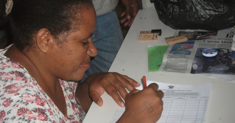 a West Papuan signing the petition (credit to Free West Papua campaign)