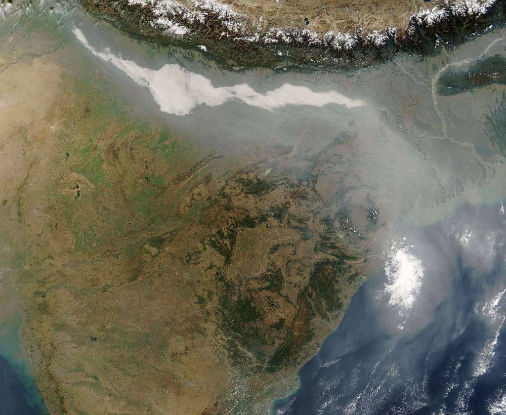 air pollution India: a mixture of fog and air pollution over India in 2004. Photo: Jeff Schmaltz / NASA